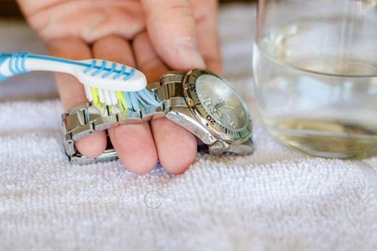làm sạch dây đồng hồ